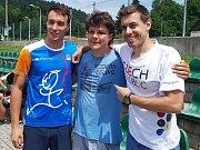 Za dětmi přijeli Jan Kuf, moderní pětibojař (vlevo) a Jan Weber, mistra světa ve freestyle fotbalu (vpravo)