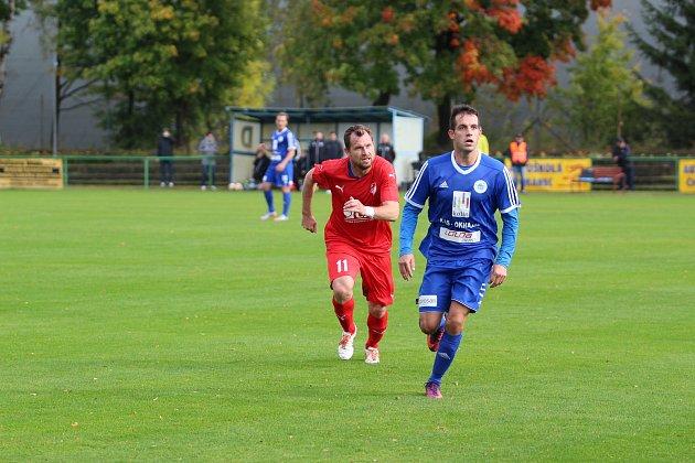 Tomáš Čížek (červený dres), je zkušený profesionál, trénuje juniorku FK a je posilou týmu Mšeno A v divizní soutěži.