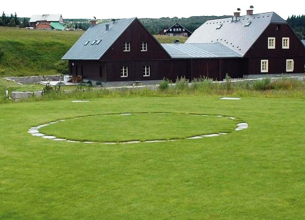 Stará celnice a heliport v osadě Jizerka.