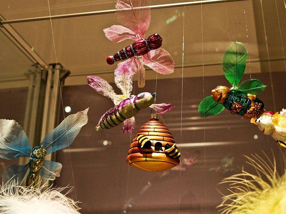 V jabloneckém Muzeu skla a bižuterie mají největší sbírku skleněných vánočních ozdob na světě. Prezentují ji v nové výstavě.