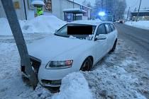 Řidič nestačil včas reagovat na přecházejícího chodce a vyjel mimo vozovku, kde narazil do sloupu veřejného osvětlení.
