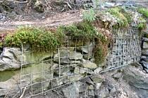 K sesuvu půdy došlo letos v dubnu za Böhmovou vyhlídkou, zhruba 200 metrů za tunelem na cestě pro pěší ve směru na Spálov.