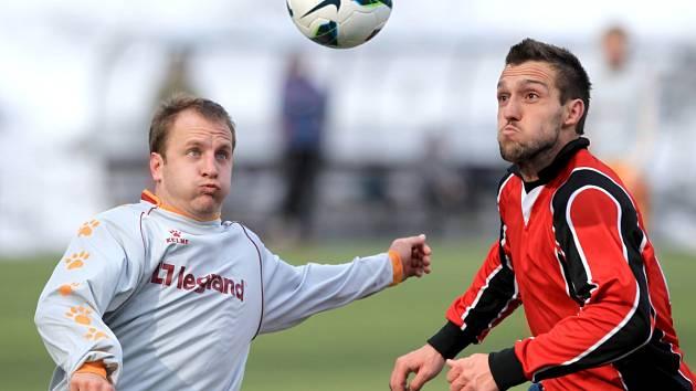 Fotbalisté Velkých Hamrů porazili v prvním jarním kole Pěnčín (v šedém) 2:0.