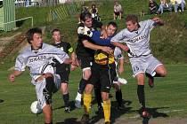 V 7. kole I.A třídy remizovali fotbalisté Lučan (v černém) s Lomnicí 2:2 (2:1).