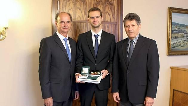 Zleva Jan Pňakovič starší, jeho syn Jan a primátor Jablonce Jiří Čeřovský.