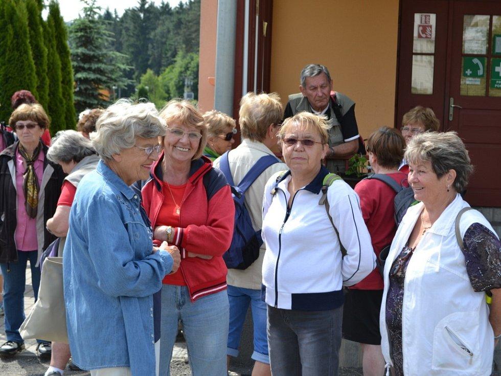 4. pochod v rámci Jabloneckého škrpálu 2014 zavedl seniory na zámek Sychrov. Můžete jet a jít po jejich stopě.