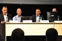 Petr Štyler (úplně vlevo), byl nejčastěji odpovídajícím zástupcem z řad investora. Mezi veřejností nechyběli ani někteří jablonečtí zastupitelé.