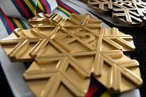V papírových krabicích v úterý dorazily do místa dějiště libereckého šampionátu medaile, které budou v následujících dnech předávány mistrům světa ve třech disciplínách.