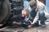 Na snímku autorova pravá ruka Petr Holaj.14. června 2008 v Hrádku n. N. probíhala ražba Duškovy stříbrné pamětní medaile k 65. výročí bitvy u Kurska. Tato bitva vešla do historie jako největší střet tankových jednotek v dějinách.