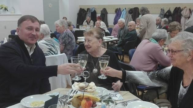 Primátor Petr Beitl při přípitku s osamělými seniory