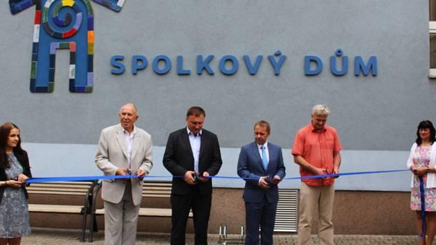 Popřát k výročí přišel primátor Petr Beitl i náměstek Pavel Svoboda (oba uprostřed).