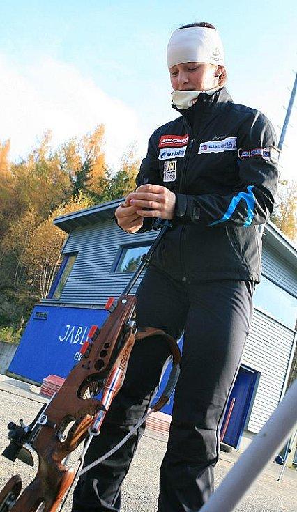 V jabloneckých Břízkách vyzkoušeli sportovci z různých odvětví střelbu na biatlonové terče ve střeleckém areálu Ski Klubu Jablonec. Hlavní dozor nad střelbou měla reprezentantka Veronika Vítková a disciplínu také představila.