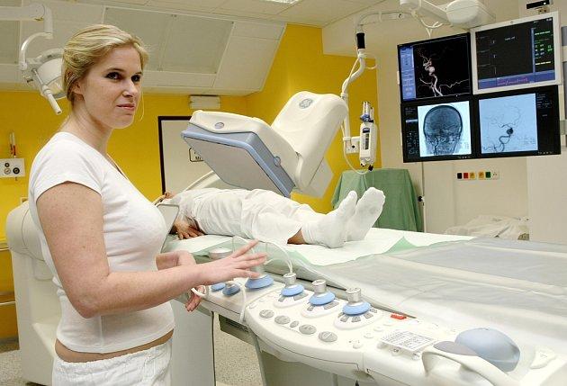 Obsluhovat přístroj budou zdravotní sestry Jitka Vágnerová a (ležící) Lucie Mackovíková.