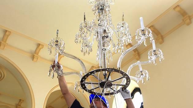 V úterý 11. června se do Kostela Dr. Farského v Jablonci nad Nisou vrátil po restaurování skvostný lustr.