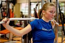 Děvčata z 2. ročníku Gymnázia Dr. Randy docházejí spolu s učitelkou tělesné výchovy Janou Drábkovou do jabloneckého Cardiofitnes jednou týdně. Majitel Petros Kalpakcis jim na sérii návštěv s názvem ochutnávka ve fitness skupinovou cenu. Vyzkouší i zumbu.