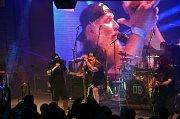 Na Letní scénu v Jablonci se přivalila TSUNAMI. Koncertovala zde kapela Divokej Bill na své jedné zastávce při letošním Lobkowicz Tour. Nabitý otevřený amfiteátr pojal na 1700 fanoušků této skupiny.