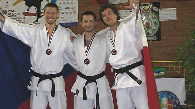 Trio mužů Kabu Bižuterie Jablonec zleva Robert Musil, Martin Nožička, Tomáš Lexa, které v roce 2008 na mistrovství světa v karate i v italském Bergamu vybojovalo bronzové medaile.