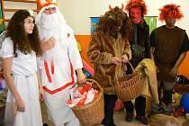 V pondělí si tak sladkostí, a ty zlobivější i uhlí, užily děti v Mateřské školce Lovecká, kde tento den hostili dvacítku předškoláků z partnerské školky v německém Oderwitzu.