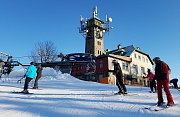 Skiareál Tanvaldský Špičák i díky technickému sněhu nabízí optimální podmínky pro lyžování na všech čtyřech sjezdovkách. Funguje lyžařská škola i půjčovna.