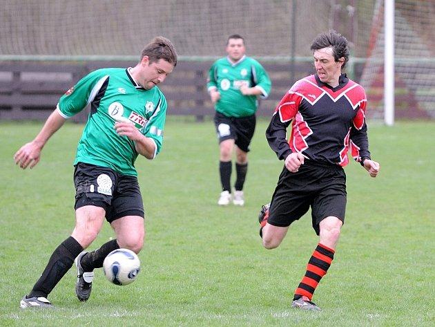 Mezi stabilní účastníky fotbalové I. B třídy patří týmy Sokola Plavy B a FC Atax Jenišovice. Na snímku jenišovický František Hanuš (vlevo v zeleném) se snaží obejít plavského obránce Petra Hlaváčka.