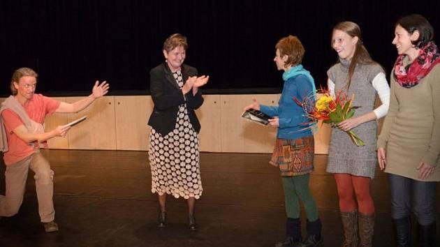 Náměstkyně primátora Soňa Paukrtová (uprostřed) předala Cenu města tance třem dívkám z plzeňské skupiny NoTa.