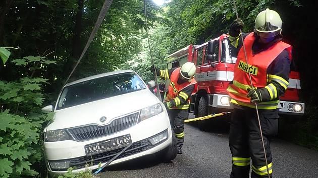 V Benešově u Semil havarovalo osobní auto. Vůz museli vyprostit hasiči