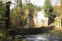 Konstrukce již sundaná v korytě řeky