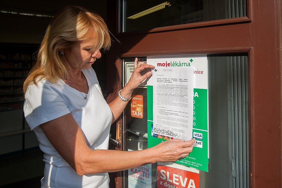 Někteří lékárníci se 18. října připojili ke stávce praktických a dětských lékařů a ambulantních specialistů. Na snímku lékárnice vylepuje symbolické protestní oznámení v lékárně v Jablonci nad Nisou, ta fungovala v běžném provozu.