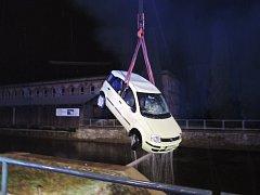 V Železném Brodě sjelo auto do náhonu.