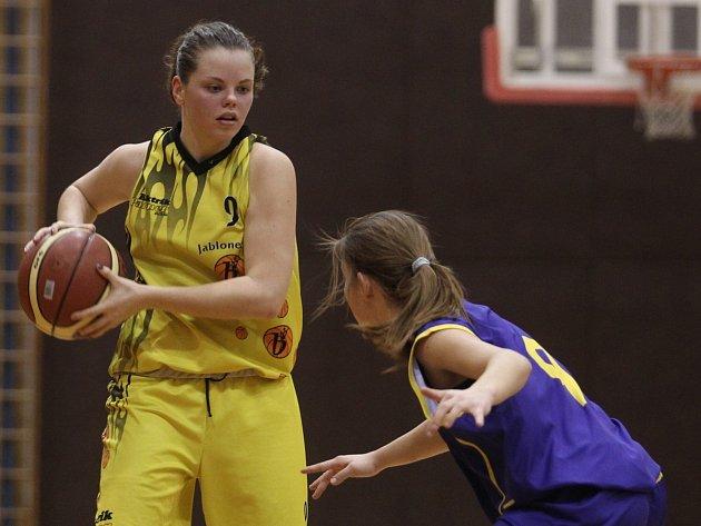 Barbora Čmejrková (čelem) nastřílela celkem 11 bodů.