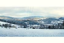 FOTO č. 2. Pohled na údolí jedné řeky, která vznikla soutokem dvou potoků, pramenících v okolí Černé hory v Jizerských horách. Protéká celým Tanvaldskem a nad Železným Brodem se vlévá do Jizery.