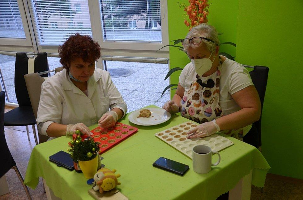 V Domově důchodců Velké Hamry pekli cukroví pro seniory.