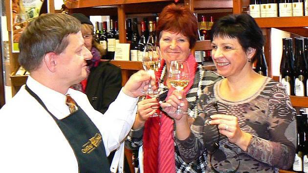 NA ZDRAVÍ... Marcela Žďárská (vpravo) si připíjí se someliérem Petrem Krejčíkem letošním Svatomartinským vínem, které otevírali dopoledne 11. 11. přesně v 11.11 hodin.