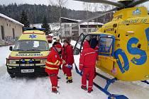 V pátek ráno došlo k tragické události na sídlišti v Tanvaldě. Téměř sedmdesátiletá žena vypadla z 10. patra. Těžce zraněnou ji transportovali záchranáři vrtulníkem do nemocnice.