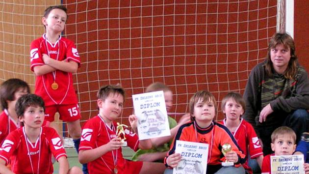 Fotbalový turnaj minižáků ve sportovní hale na Malé Skále vyhrály naděje Železného Brodu. Na snímku se svým trenérem  Jiřím Esselbachem.