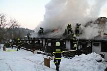 Požár zachvátil v pátek odpoledne apartmány v Českém ráji. Hořelo v penzionu v části obce Vyskeř (Lažany).