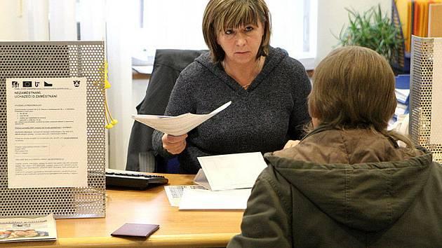 Úřad práce v Jablonci. Na snímku se o jednoho z příchozích stará úřednice ÚP Jablonec Zuzana Egrtová.