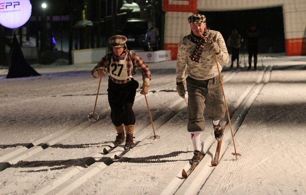 První den legendární Jizerské 50 zakončil závod historických lyžníků.