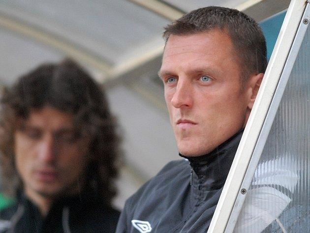 Trenér FK Jablonec 97 Luboš Kozel pozoruje výkon svých svěřenců.