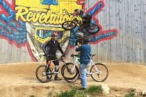 Primátor města Petr Beitl se ujal funkce průvodce a společně s několikanásobným mistrem světa ve fourcrossu Tomášem Slavíkem představili zajímavosti našeho města