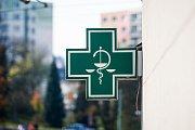 Zelený kříž, symbol lékarny, na snímku z 18. října v Jablonci nad Nisou.