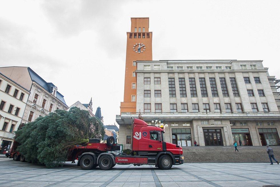 Pracovníci technických služeb instalovali 27. listopadu vánoční strom na Mírovém náměstí v Jablonci nad Nisou. Na snímku je převoz stromku na náměstí.