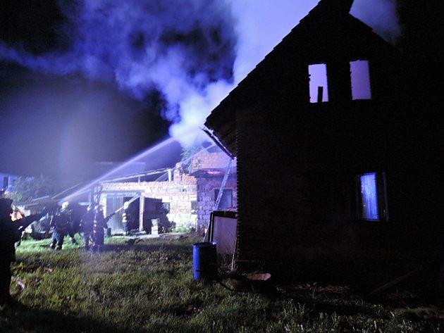 Při nočním požáru rodinného domu vNové Vsi nad Popelkou na Semilsku objevili hasiči torzo ohořelého těla.
