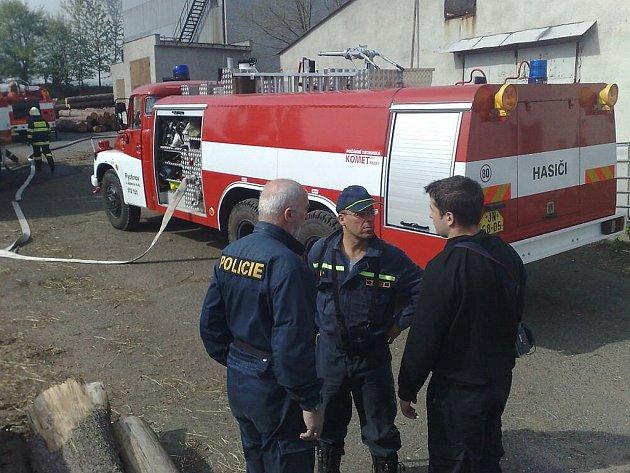 V neděli odpoledne vyjelo několik jednotek hasičů k požáru zemědělské usedlosti v Jenišovicích na Jablonecku. Hořící seno nechají pod dohledem vyhořet.