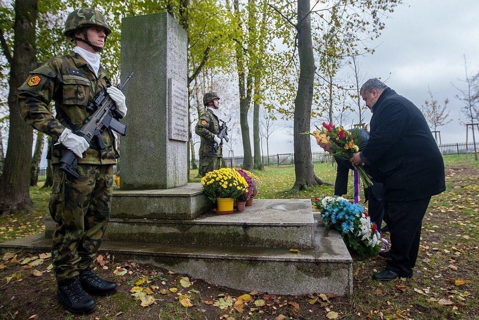 Na snímku vpravo je Michael Canov při pietním aktu na vojenském hřbitově zajateckého tábora v Ostašově.