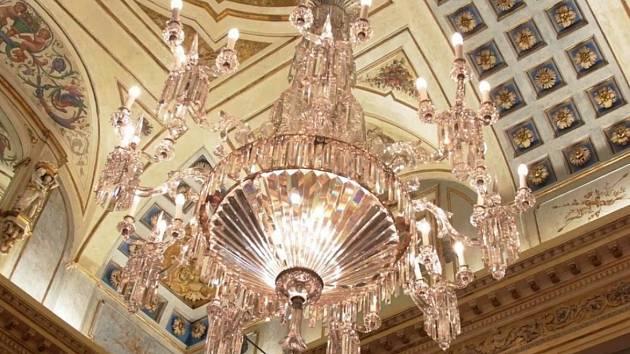 Historickým lustrům z Milána vrátili lesk šikovní skláři z Novoborska