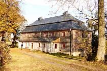 Kittelův dům neboli Burk na podzim letošního roku. Teď se pracuje převážně uvnitř domu.