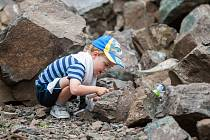 Návštěvníci muzea drahých kamenů hledají 4. srpna ve Votrubcově lomu v Radostné pod Kozákovem na Semilsku polodrahokamy a drahé kameny. V jižním svahu Kozákova mohou návštěvníci po dohodě s majitelem Votrubcova lomu hledat, a pak si nález nechat vybrousit