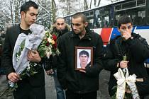 V sobotu 7. ledna ucitili Romové z Tanvaldu i dalších míst republiky památku zesnulého romského mladíka, který byl zastřelen třiašedesátiletým seniorem z Tanvaldu. Smutečního aktu se zúčastnilo asi 250 Romů.