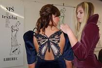 Barbara Kuchařová ze 4. ročníku (zády) a Michaela Prokůpková z 2. ročníku Střední průmyslové školy textilní v Liberci předváděly na 9. ročníku výstavy a veletrhu vzdělávání Euroregion Amos 2007 modely studentek.